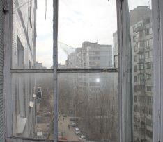 Старые деревянные окна на балконе