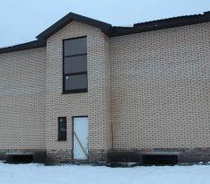Фасадная сторона дома: установлено одно окно