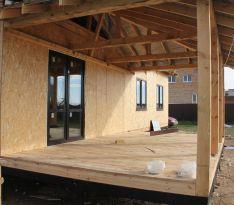 Дом с остеклением и стеклянной дверью