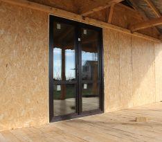 Стеклянная дверь дома с внешней стороны