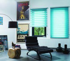 Горизонтальные жалюзи голубого цвета в офисе