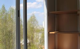 Установлено холодное остекление на балконе
