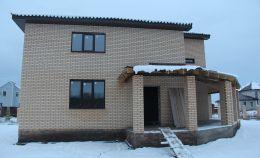Двухэтажный коттедж из кирпича с пластиковыми окнами