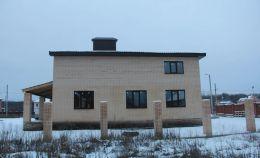 Правая сторона остекленного дома: на первом этаже — 3 окна, на втором – 1