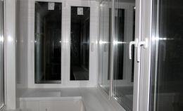 Отделка балкона белыми ПВХ панелями + теплое остекление