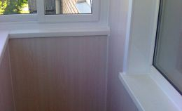 Холодное остекление балкона: вид с бокового окна