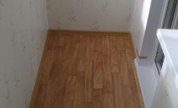 На стенах: ПВХ панели, на полу: линолеум, на окнах: пластиковый теплый профиль
