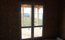 Стеклянная дверь дома с внутренней стороны