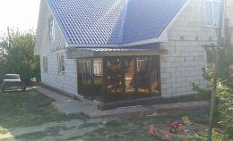 Остекление веранды кирпичного дома. Вид сбоку