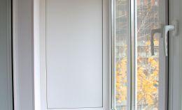 Отделка балкона: глухая стена отделана панелями