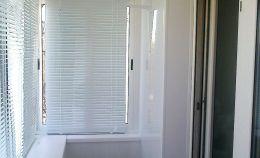 Застекленный балкон: на окнах установлены жалюзи