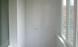 Лоджия, отделанная пластиковыми белыми панелями ПВХ