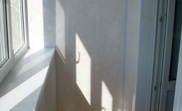 Балкон: на стенах ПВХ панели персикового цвета, на полу линолеум