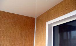 Угол балкона: отделка панелями стен и потолка