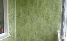Отделки балкона зелеными ПВХ панелями