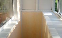 Балкон с одной глухой стеной: отделочные работы завершены
