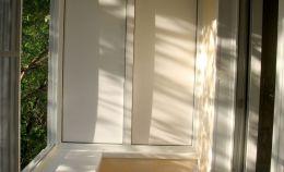 Глухая стен балкона: вариант белой отделки