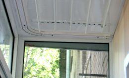 Сложенная сушилка для белья на балконе