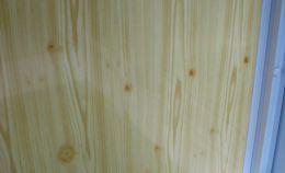 ПВХ панели на стене балкона: имитация деревянной отделки