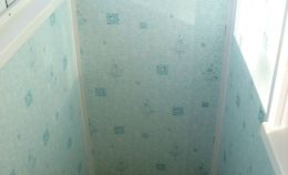 Балкон с холодным остеклением: на стенах голубые ПВХ панели