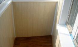 Узкий балкон: отделка стен панелями цвета «светлое дерево»