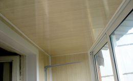 Узкий балкон с холодным остеклением: на потолке панели «дерево»