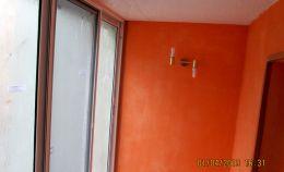 Ремонт балкона: стены окрашены краской, установлен светильник