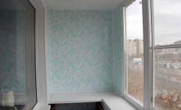 Лоджия с голубыми панелями на стенах