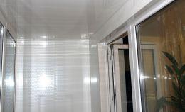 Глухая стена лоджии: на потолке и стенах панели
