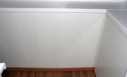 Отделка стен лоджии белыми ПВХ панелями