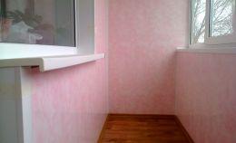 Отделка стен лоджии розовыми панелями