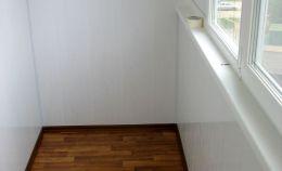 Отделка белыми панелями лоджии: теплое остекление