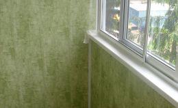 Холодное остекление балкона и отделка зелеными ПВХ панелями