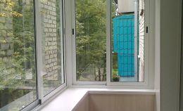 Холодное остекление балкона и отделка ПВХ панелями цвет «дерево»