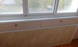 Встроенные шкафчики в стену балкона для хранения мелочей