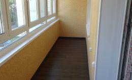 Ремонт лоджии: на стенах — панели, на полу — линолеум