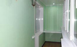 Лоджия с отделкой стен зелеными панелями