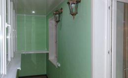 Теплая лоджия с отделкой стен панелями под ключ