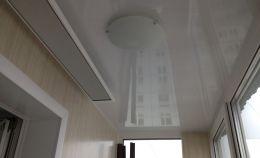 Плафон освещения на потолке остекленного балкона