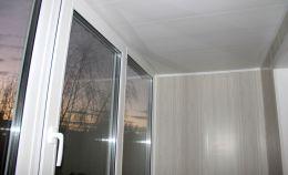 Отделка балкона серыми панелями ПВХ