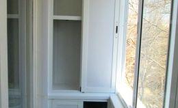 Шкаф на узком балконе с холодном остеклением