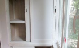 Белый шкаф на балконе