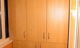Деревянный шкаф на лоджии для хранения