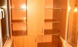 Широкий деревянный шкаф на лоджии