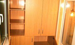Шкаф с распашными дверками для хранения на лоджии