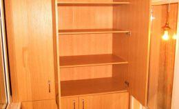 Деревянный шкаф с 4 отсеками для лоджии