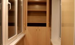 Шкаф с полками на лоджии: верхние дверцы открыты