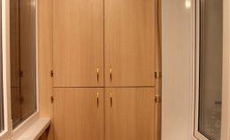 Шкаф с полками на лоджии: дверцы закрыты
