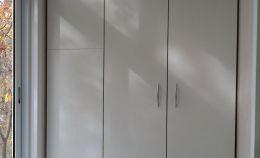 Белый навесной шкаф на балконе