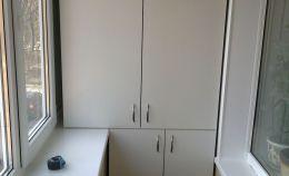 Вместительный ДСП шкаф для лоджии